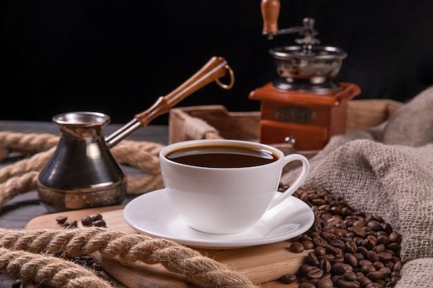 Café em uma xícara branca em cima da mesa