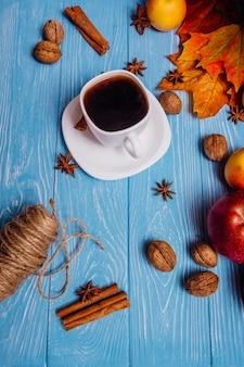 Café em uma xícara branca em uma vista superior de mesa azul
