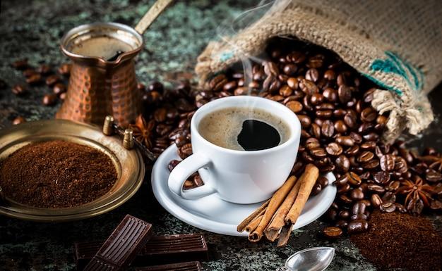 Café em uma xícara e pires em um velho.