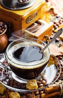 Café em uma xícara em um fundo antigo