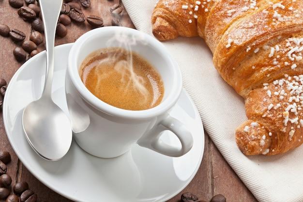 Café expresso com croissant
