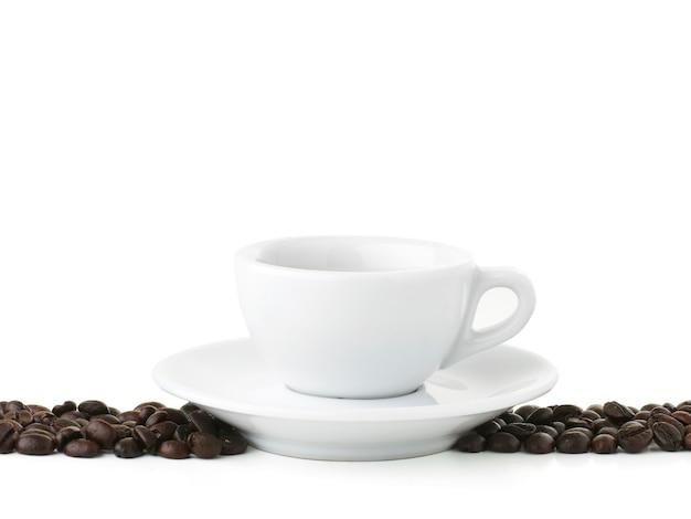 Café expresso com feijão isolado no branco