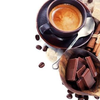 Café expresso com grãos de café e chocolate