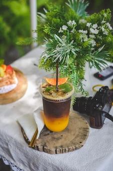Café expresso com mandarina na mesa