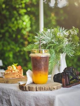 Café expresso com tangerina e biscoitos no jardim