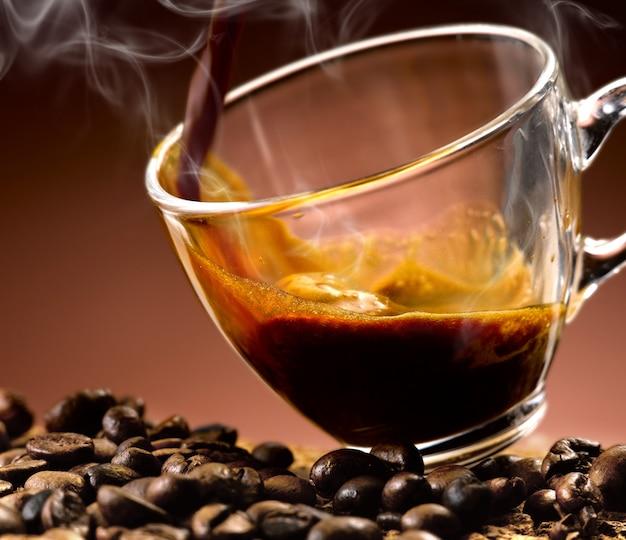 Café expresso derramado em um copo de vidro