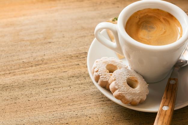 Café expresso e biscoitos com espaço para texto