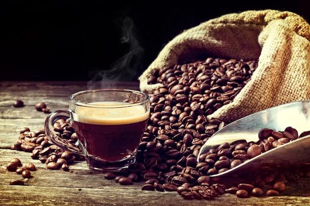 Café expresso e grãos de café
