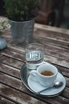 Café expresso em uma mesa de madeira fora