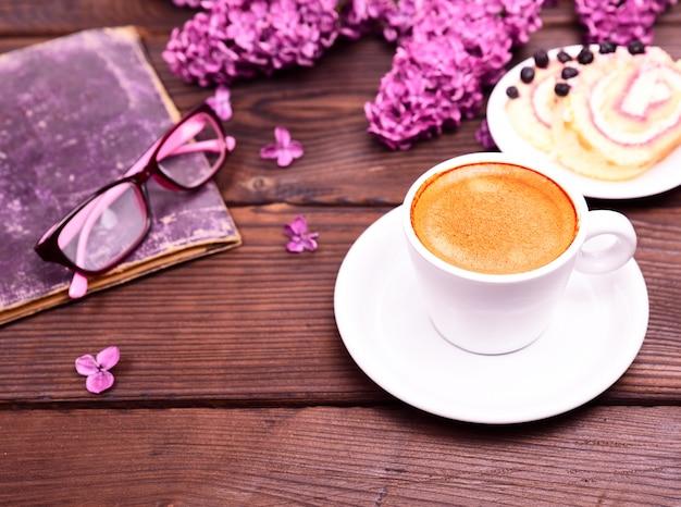Café expresso em uma xícara redonda branca com pires