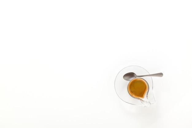 Café expresso italiano em copo de vidro isolado no fundo branco. copie o espaço