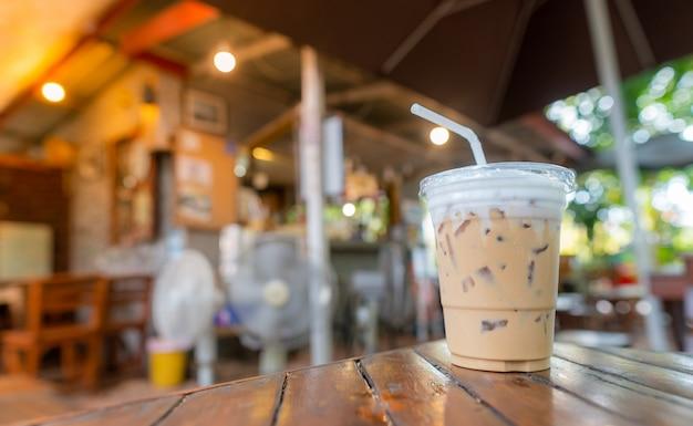 Café expresso na mesa de madeira na cafeteria