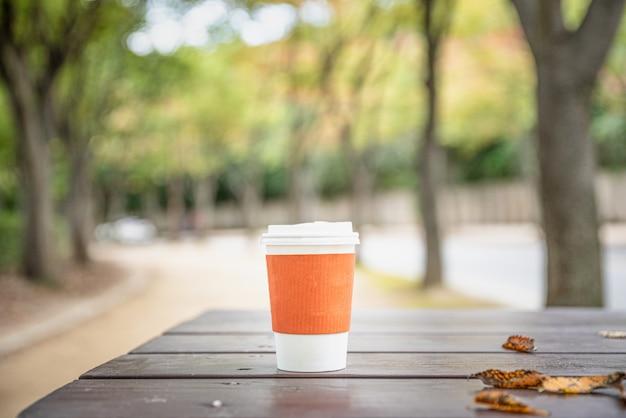 Café expresso na mesa de madeira