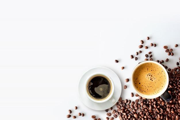 Café expresso quente e café em grão na mesa branca