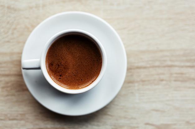 Café expresso servido na xícara