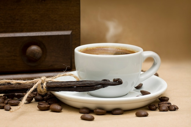 Café, feijão e baunilha em fundo marrom