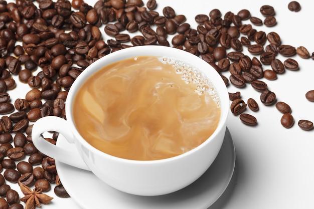 Café feijão pequeno copo cheio de café em grão isolado no branco