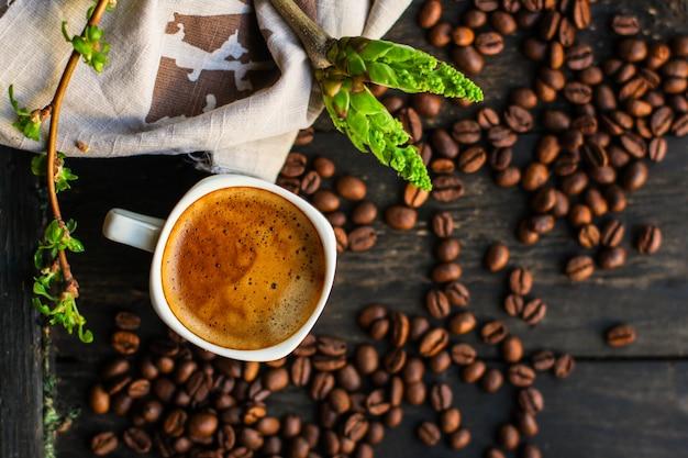 Café feito recentemente em um copo branco que serve da bebida (grão de café). comida. top.copy save
