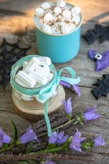 Café festivo com espuma e marshmallows polvilhados com chocolate ralado para o halloween