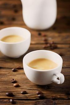 Café forte e quente na mesa de madeira, foco seletivo