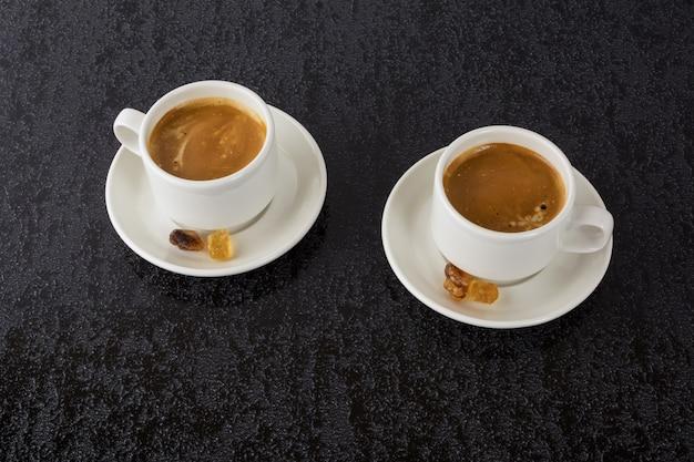 Café forte em fundo preto