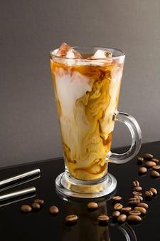 Café fresco com leite na bebida de vidro