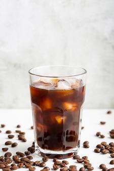 Café fresco de close-up com cubos de gelo