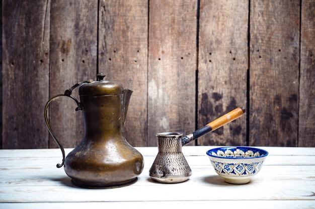 Café fresco em cezve na mesa de madeira