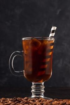 Café gelado a fazer com gelo num copo e com canudo