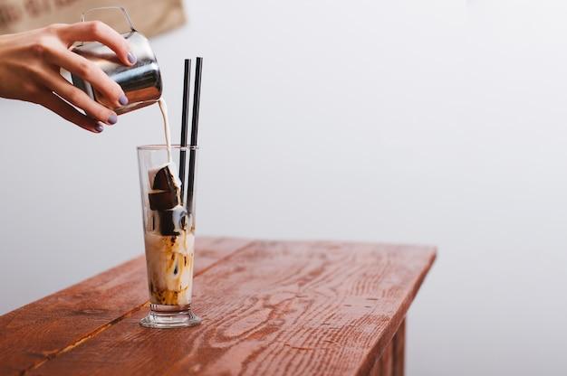 Café gelado. café com cubos de gelo.