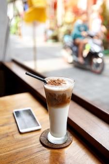 Café gelado com chocolate.