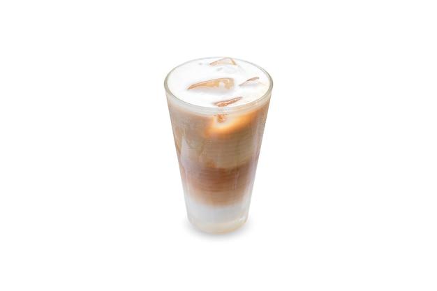 Café gelado com gelo em um copo isolado no fundo branco.