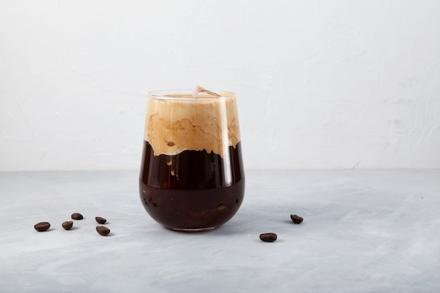 Café gelado com leite de coco na mesa de luz
