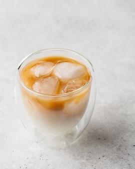 Café gelado com leite em vidro. latte de gelo com leite de soja.