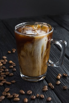 Café gelado com leite no copo de vidro