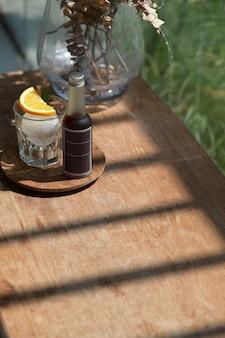 Café gelado com limão na madeira