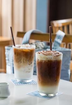 Café gelado de caramelo na mesa branca