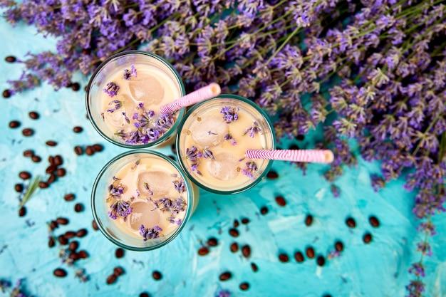 Café gelado de verão com lavanda em copo