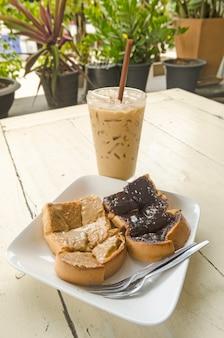 Café gelado e pão de chocolate