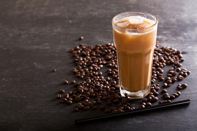 Café gelado em copo na mesa escura