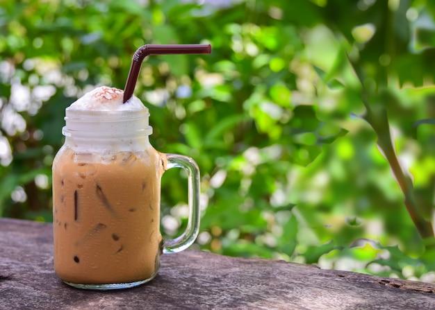Café gelado em copos de vidro juke em cima da mesa.