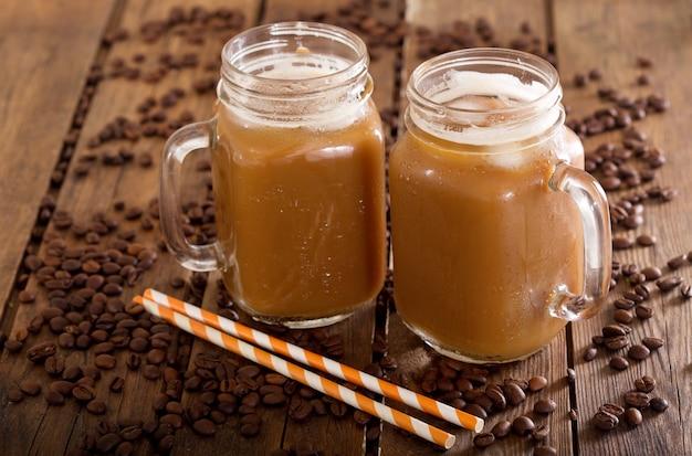 Café gelado em potes na mesa de madeira
