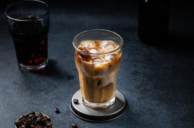 Café gelado em um copo alto com creme derramado. leite de amêndoa com leite. bebida fria de verão. cerveja gelada em vidro. café vegetariano em vidro. café gelado vietnamita. latte vegan