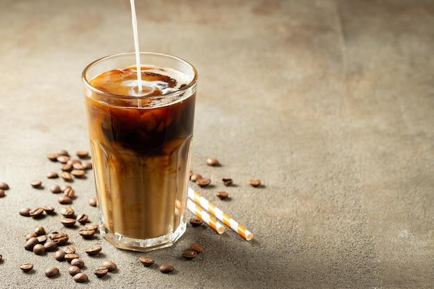 Café gelado em um copo alto com creme.