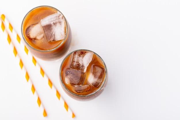 Café gelado em um copo alto com creme. Foto Premium