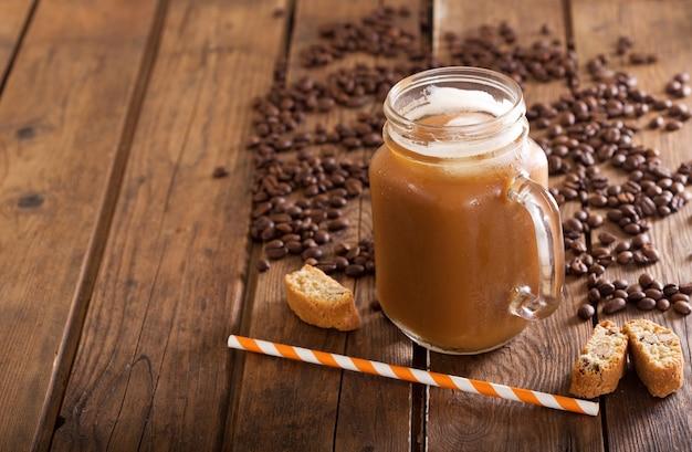 Café gelado em uma jarra na mesa de madeira