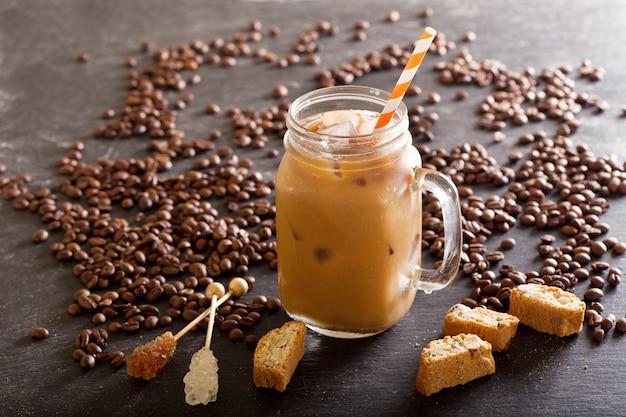 Café gelado em uma jarra na mesa escura
