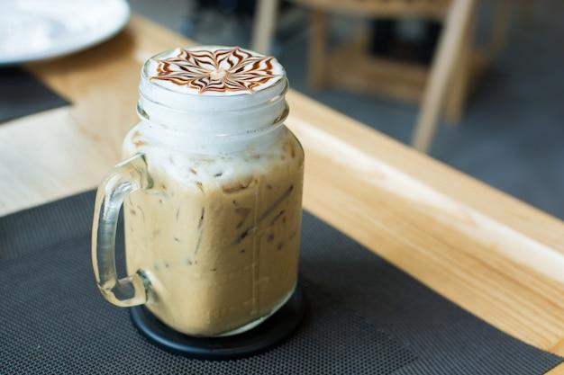 Café gelado em vidro na mesa de madeira