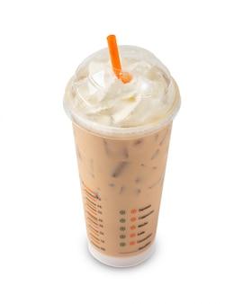Café gelado em vidro plástico isolado
