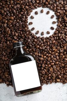 Café gelado gelado em garrafa de rótulo em branco em grãos de café torrados, conceito de hora do café.